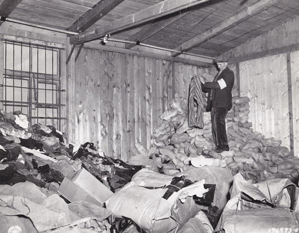 Les lib rations des camps et le retour des d port s for Camp du struthof chambre a gaz